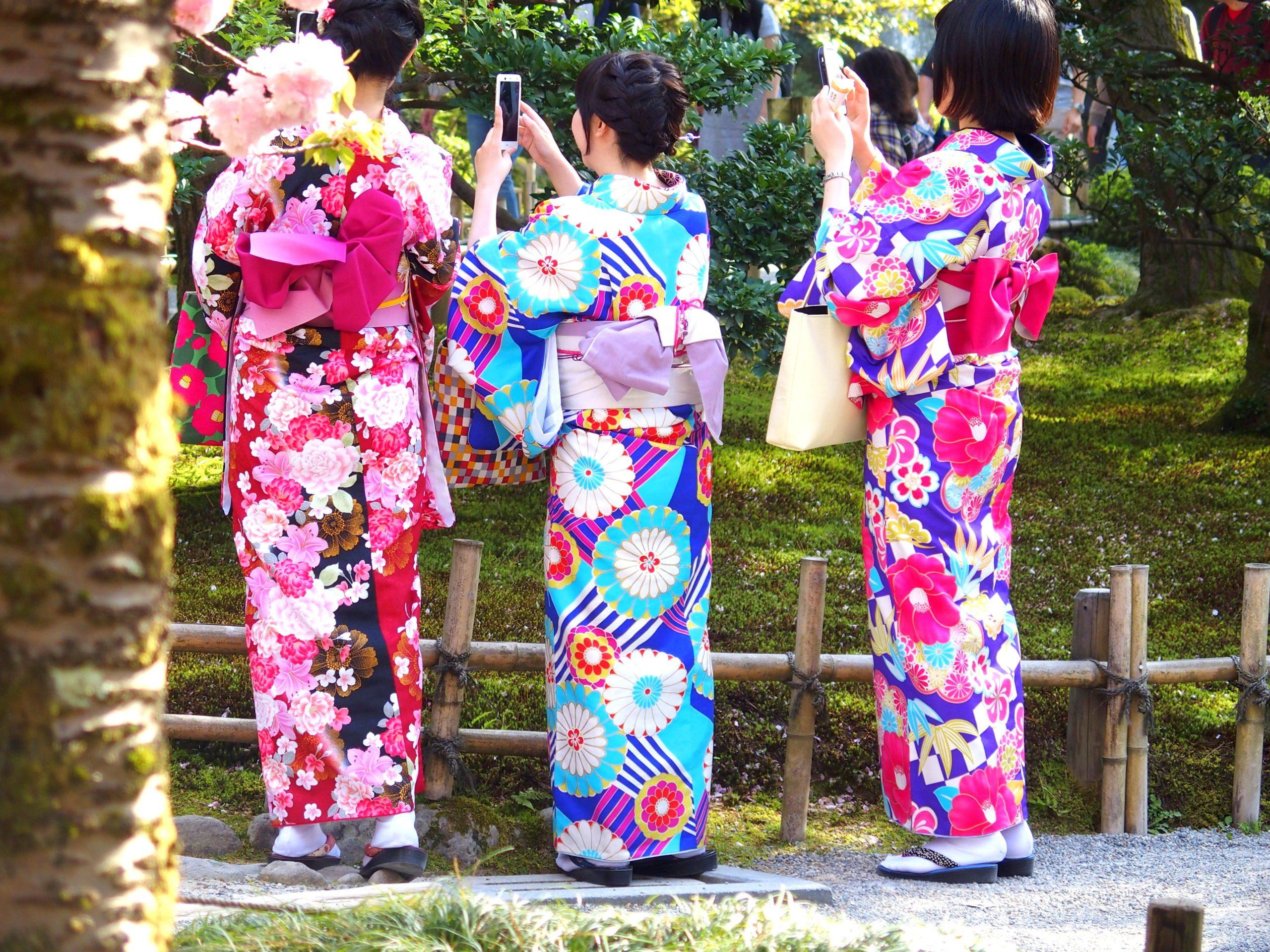 Jolis kimonos au jardin Kenrokuen Kanazawa Japon