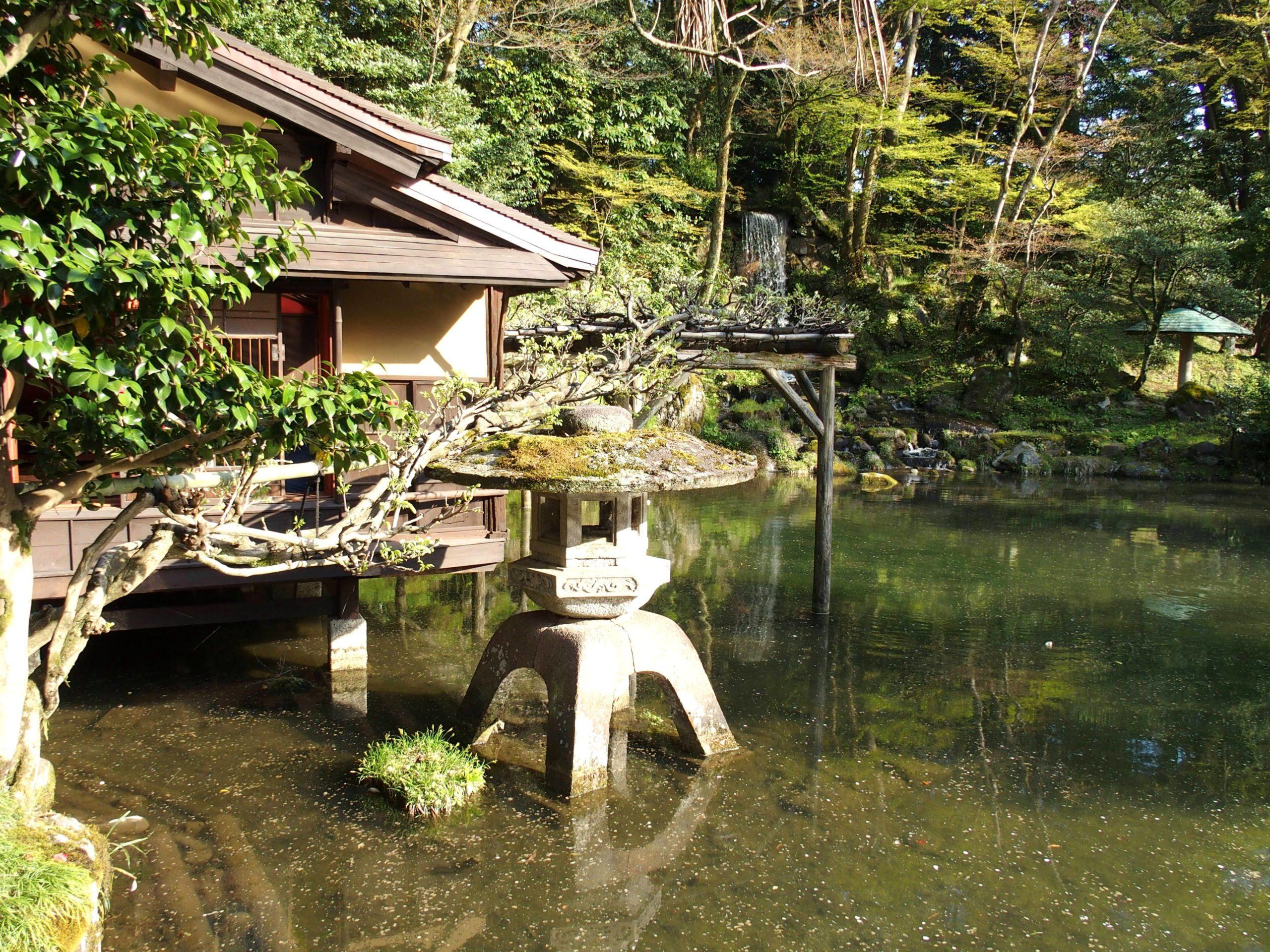 Lanterne de pierre symbole du Jardin Kenrokuen Kanazawa Japon