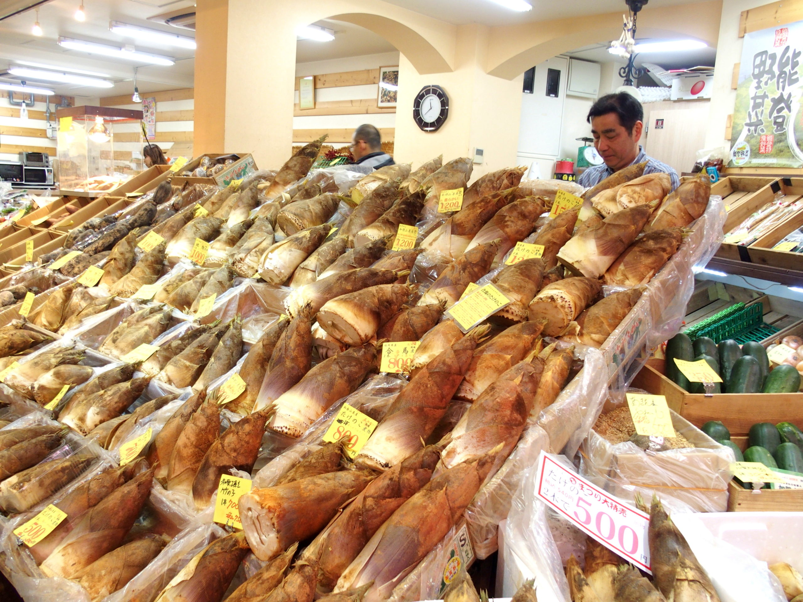 Vendeur de pousses de bambou marché Omicho Kanazawa Japon