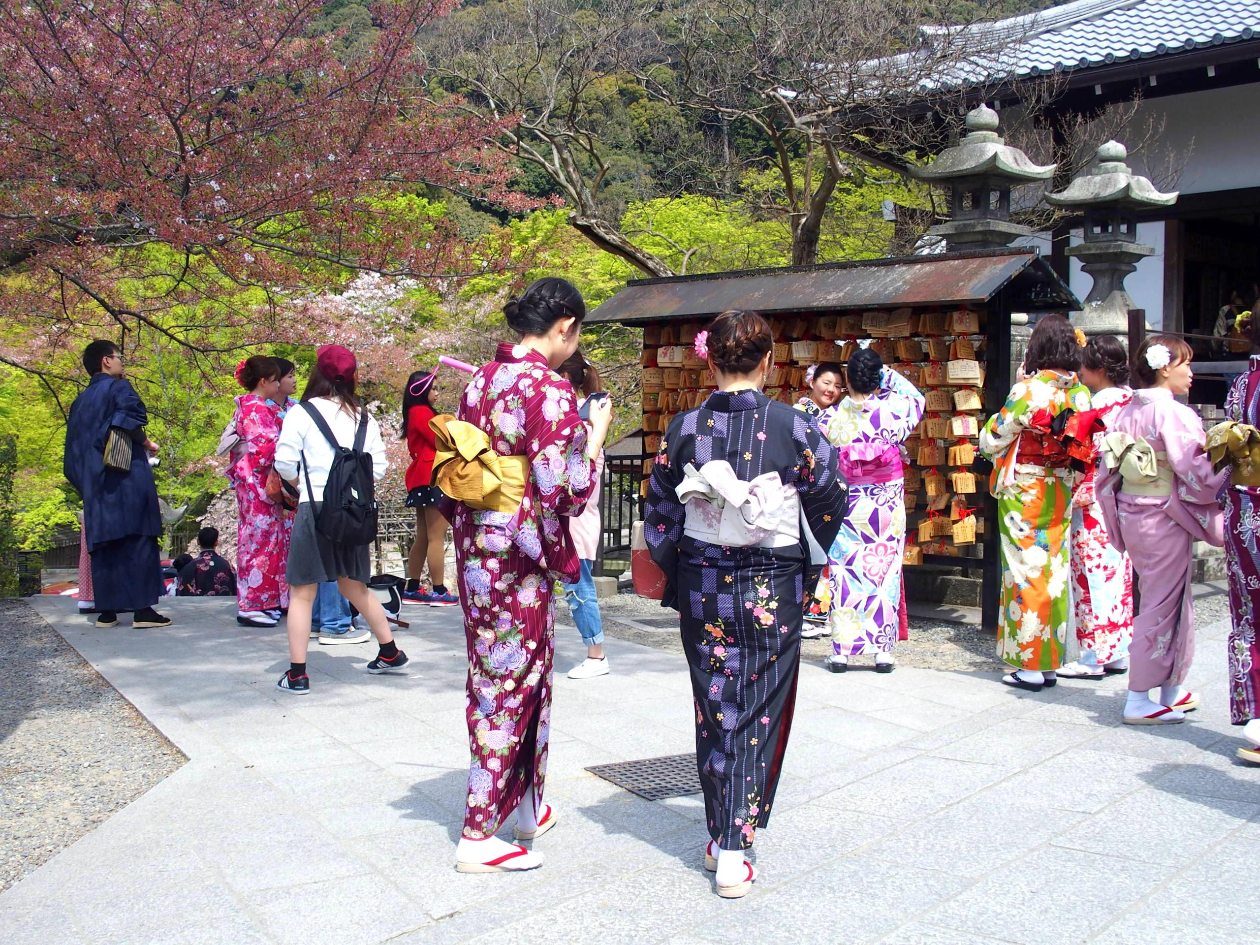 Visiteurs japonais au temple Kiyomizu-Dera Kyoto