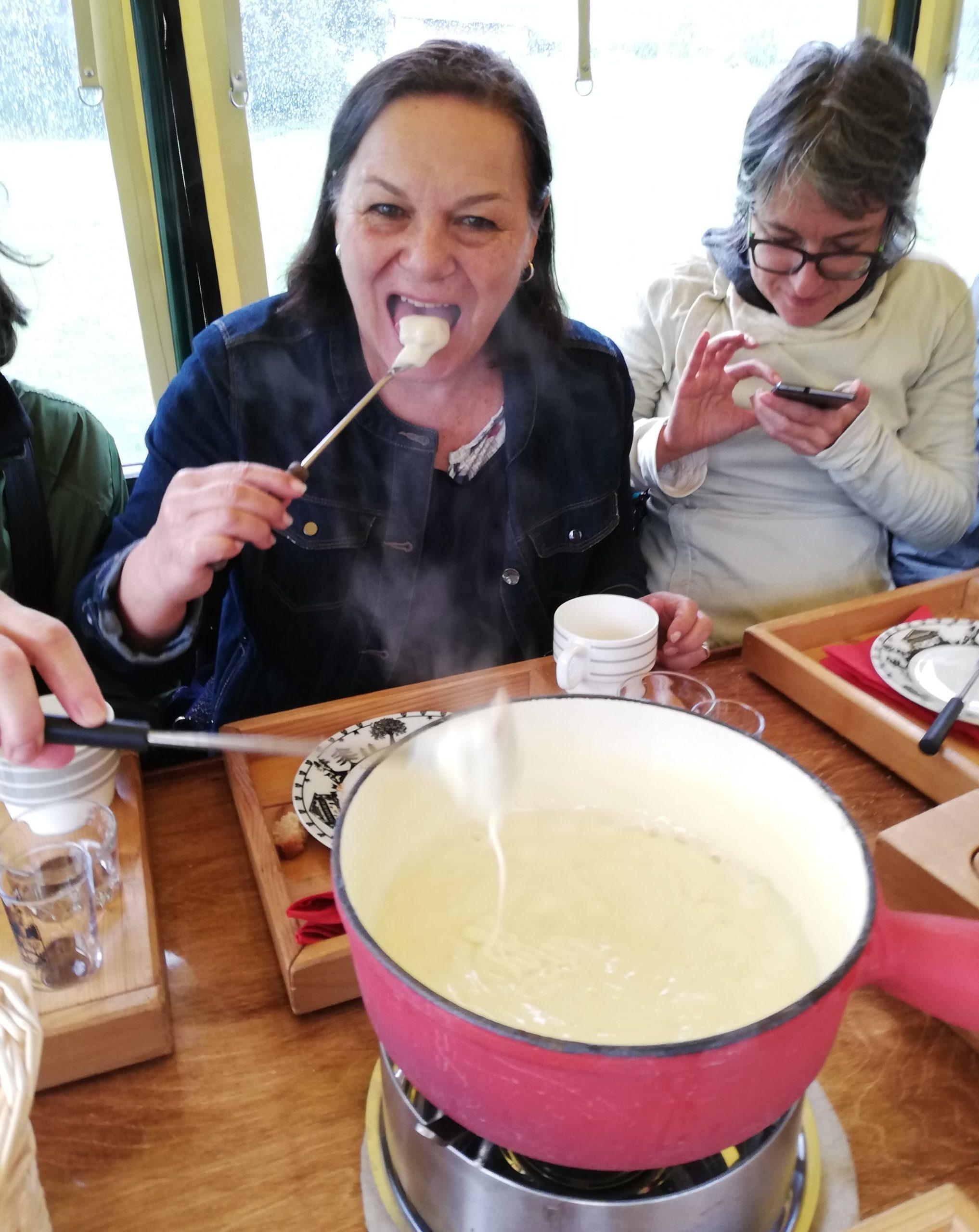 Dégustation d'une fondue valaisanne dans un char à fondue de la Ferme des moulins Sembrancher Suisse