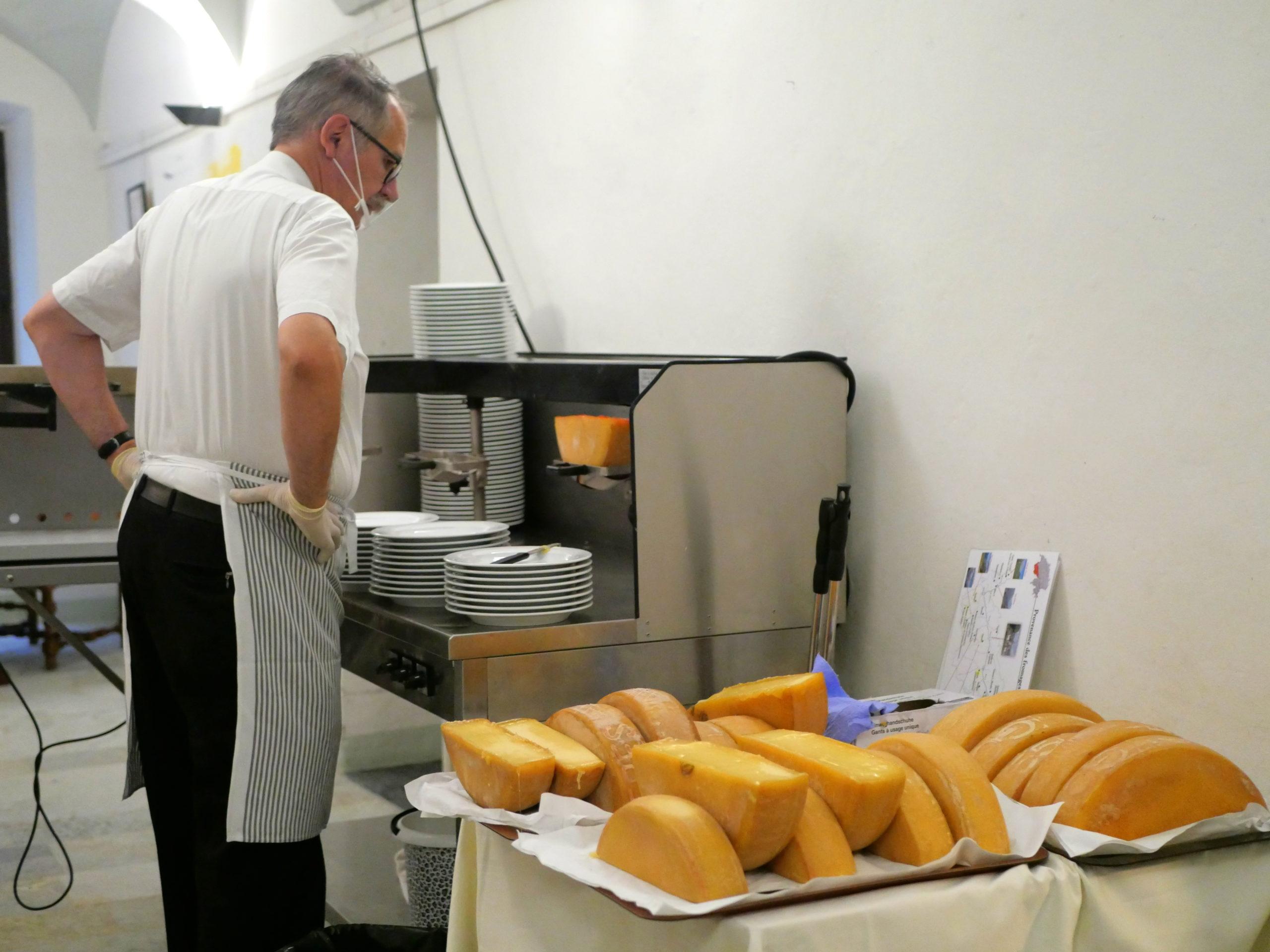 Slow Food Travel en Valais devant le four à raclette au Château de Villa.JPG