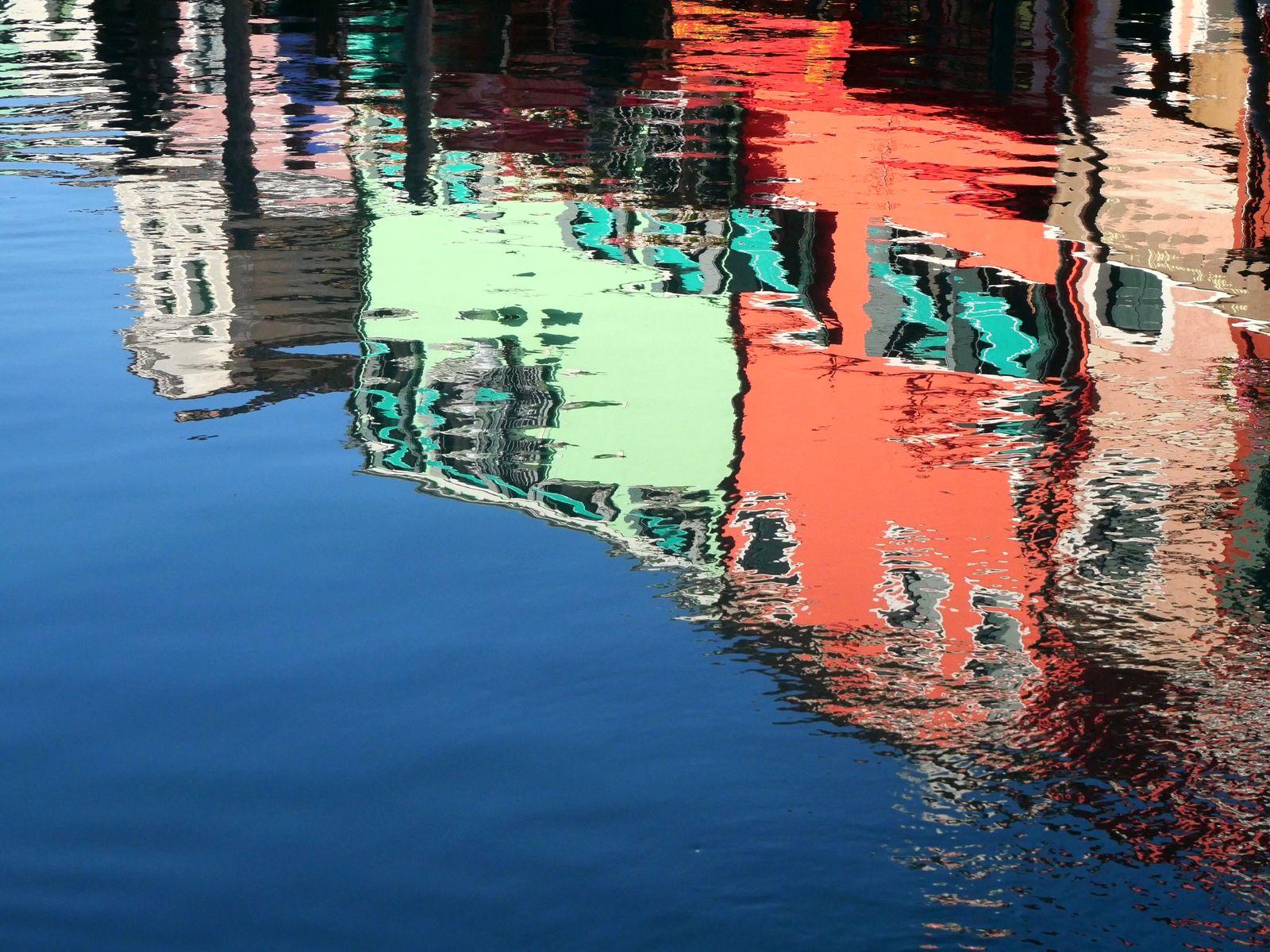 7 raisons de visiter Burano - reflets des maisons dans l'eau