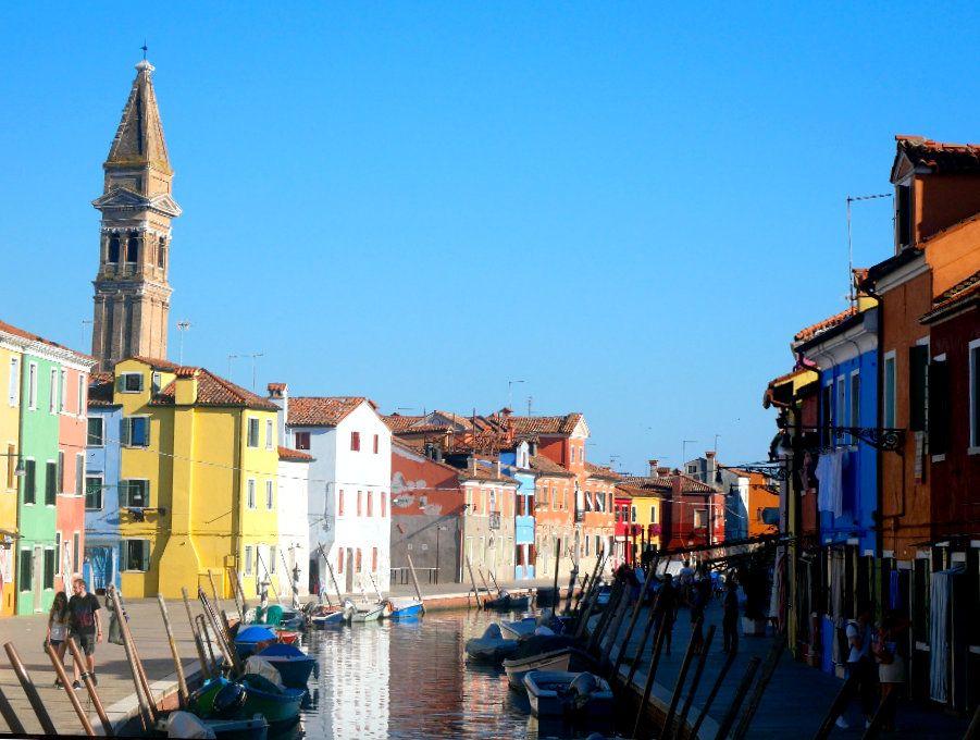 Visiter l'île de Burano - canal et campanile