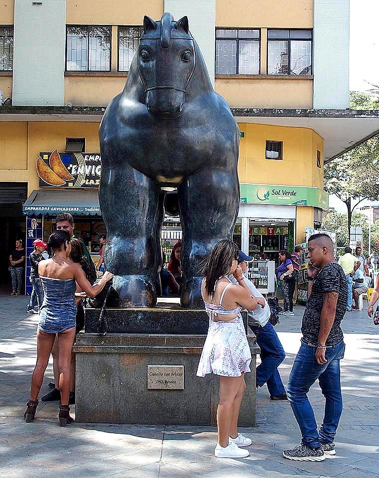 Sculptures de Botero Le cheval aux brides