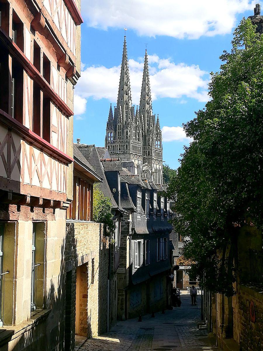 Cathédrale de Quimper vue depuis les vieux quartiers