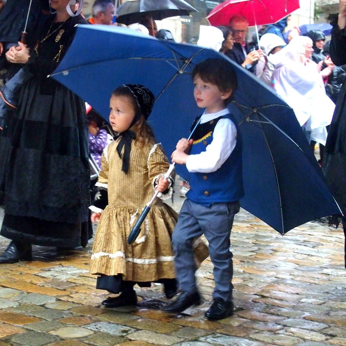 Enfants en costume breton Quimper Bretagne