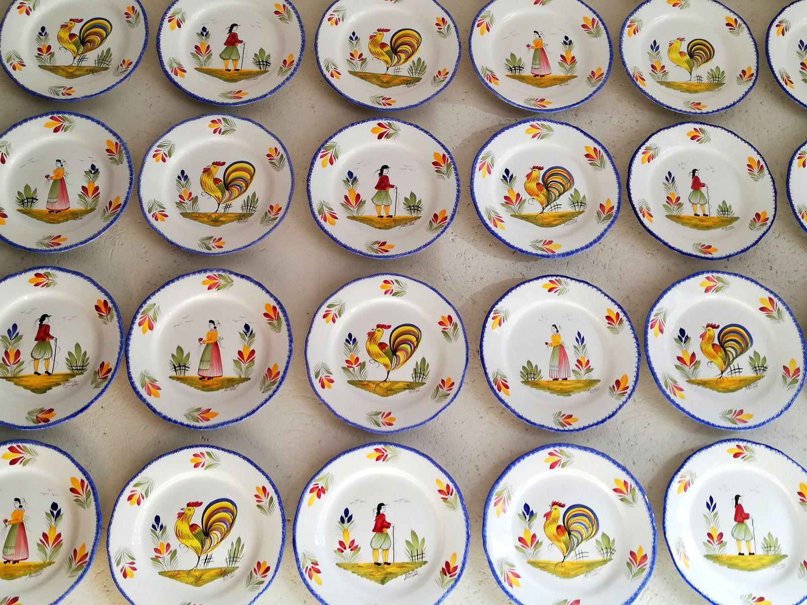 Mur d'assiettes Musée faiencerie Henriot Quimper